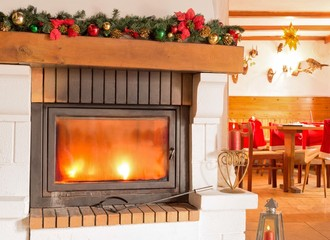 Gemütliche Gaststube mit Kamin - Weihnachtlich