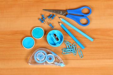 Blaue Büroutensilien auf Tisch, Korrekturautomat