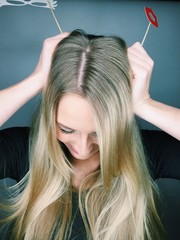 Frau mit langen blonden Haaren