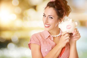 wunderschöne lachende Frau mit Sparschwein