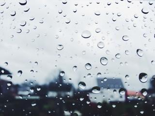 Regentropfen an Scheibe