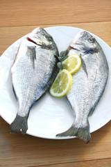 due orate su piatto con limone