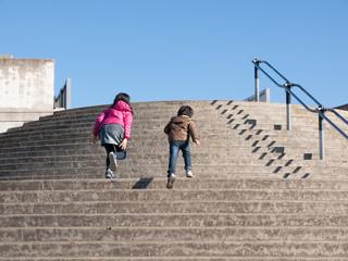 階段で競争する女の子と男の子