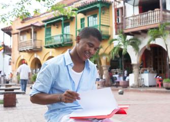 Student aus Südamerika mit Mappe