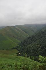 Paysage de montagne sous la brume