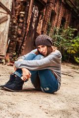 Девушка сидит на улице