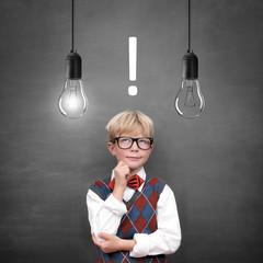 Schulkind vor Tafel mit Antwort / Lampen
