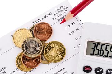 Kontoauszug und Münzen