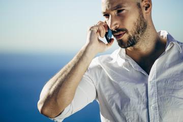 Llamada telefónica en la costa