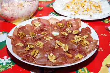 Piatto di mocetta valdostana, bresaola e noci