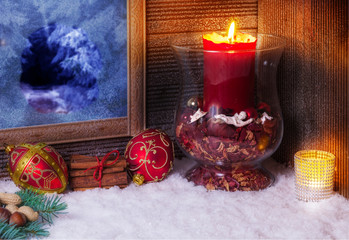 Weihnachtsdekoration mit Kerzen am Fenster