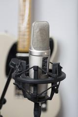 Gesangsmikrofon mit Elektrischer Gitarre im Hintergrung