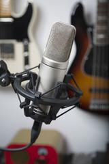 Mikrofon mit Instrumenten im Hintergrund