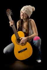 jeune fille cool jouant de la guitare