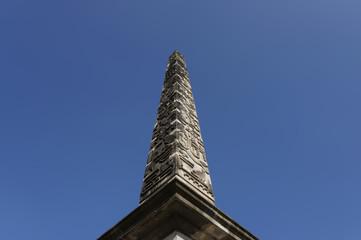Obelisk mit ägyptischen Schriftzeichen