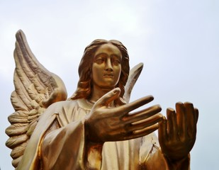 Engel mit Flügel bietet Hilfe an