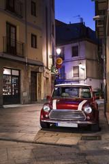 Voiture rétro dans une rue la nuit
