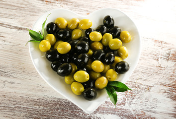 Plate in the form of heart with black and green olives