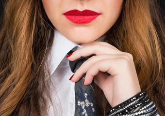 Donna con cravatta e rossetto