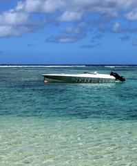 bateau rapide sur lagon de l'océan indien