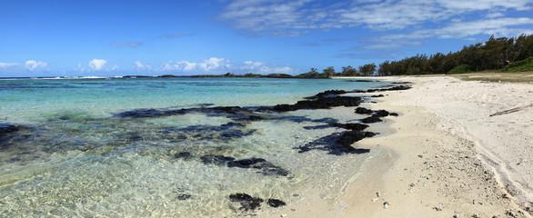 panorama suer plage sauvage déserte de trou d'eau douces
