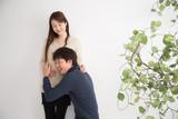 妊娠を喜ぶ夫