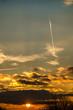 canvas print picture - Sonne durch Wolken teilweise verdeckt mit Kondensstreifen