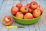 Verse appels in groene fruitschaal op oud hout poster