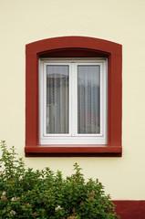 Modernes Kunststofffenster in einer Altbaufassade
