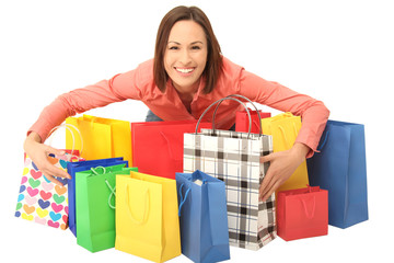 Frau umarmt ihre Einkaufstüten