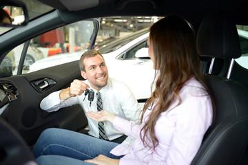 Verkaufsgespräch und Schlüsselübergabe im Autohaus // car trade