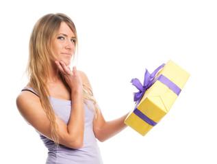 Mädchen hält Geschenk