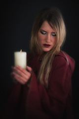 Frau im Mittelalter mit Kerze