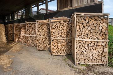 Brennholzregale in einer Scheune