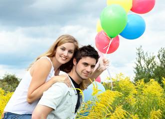 Lebensfreude: Junges, verliebtes Paar mit Luftballons :)
