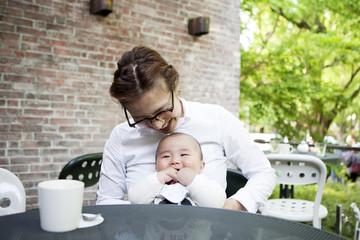 カフェでリラックスする母親と赤ちゃん