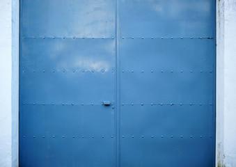 Gran puerta de hierro cerrada, texturas, fondo