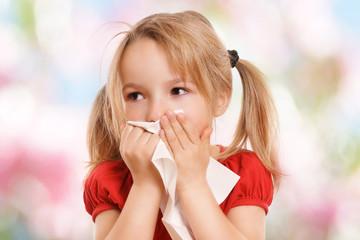 kleines Mädchen putzt sich die Nase
