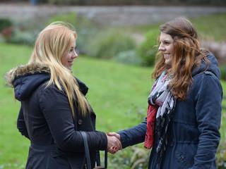 Zwei Frauen treffen sich im Park