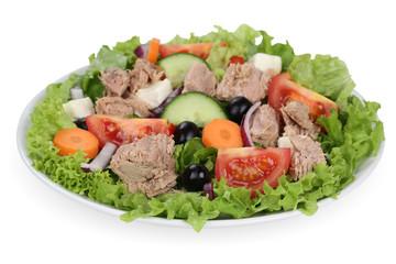 Salat mit Thunfisch, Tomaten und Oliven in Schüssel