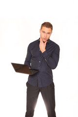 Junger Mann mit Netbook
