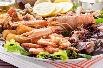 Fritto misto di crostacei e molluschi nel piatto