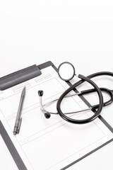 聴診器とカルテ