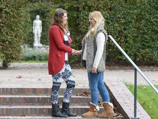 Zwei junge Frauen lachend im Stadtpark