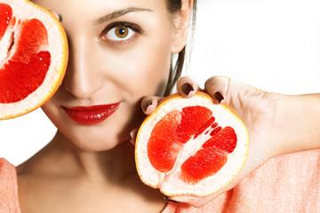 Портрет красивой девушки с грейпфрутом.