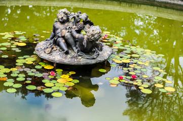 Statue deux anges posé sur l'eau