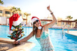Девушка на пляже с новогодней елкой