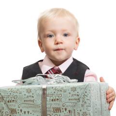 kleiner junge mit riesen weihnachtspaket
