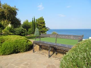 Скамья в парке возле моря