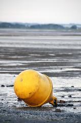 Bouée jaune sur la plage